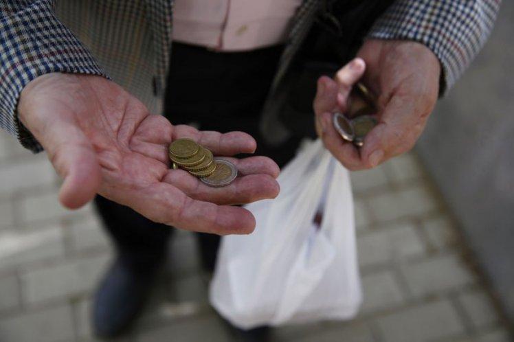 Δημιουργούν φτωχούς για να τους επιδοτούν