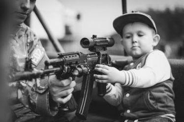 ΗΜΕΡΑ ΤΟΥ ΠΑΙΔΙΟΥ με τον Στρατό να μαθαίνει τα παιδιά να Δολοφονούν!