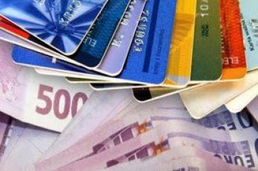Μεγάλο κόλπο με χρεωστικές κάρτες: Πώς πλουτίζουν οι τράπεζες από την τσέπη μας