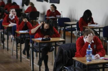 «Χλωμοί και πεινασμένοι μαθητές γεμίζουν τις τσέπες τους με φαγητό…