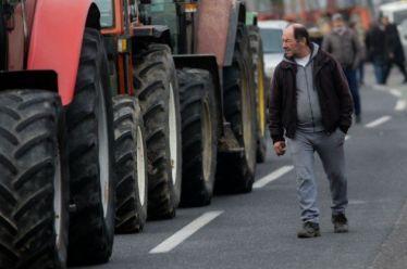 Για δεύτερη μέρα στα «μπλόκα» οι αγρότες