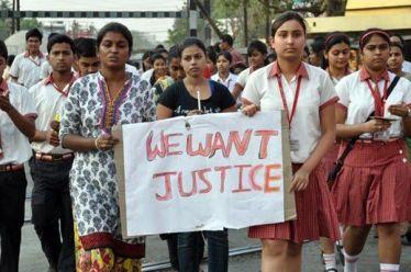 Κατήγγειλε τον διευθυντή της σχολής για βιασμό και την έκαψαν ζωντανή