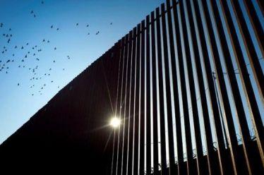 Υποστηρικτές του Ντόναλντ Τραμπ κατασκευάζουν ιδιωτικό τείχος στα σύνορα με…