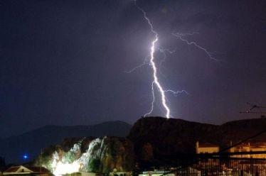 Ηλεκτρικές καταιγίδες: Πού οφείλεται το φαινόμενο που σαρώνει την Ελλάδα