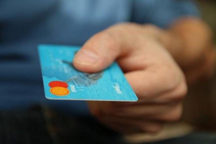 Καθημερινά καταπίνουμε σε πλαστικό… το βάρος μιας πιστωτικής κάρτας – Ποιες είναι οι βασικές πηγές του πλαστικού που καταπίνουμε
