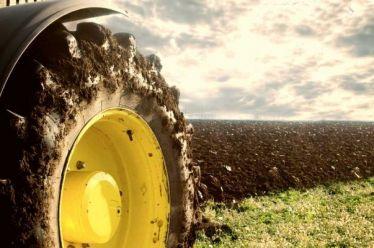 Το αγροτικό εισόδημα στηρίζεται στις επιδοτήσεις της ΕΕ, γερασμένα τα τρακτέρ της χώρας