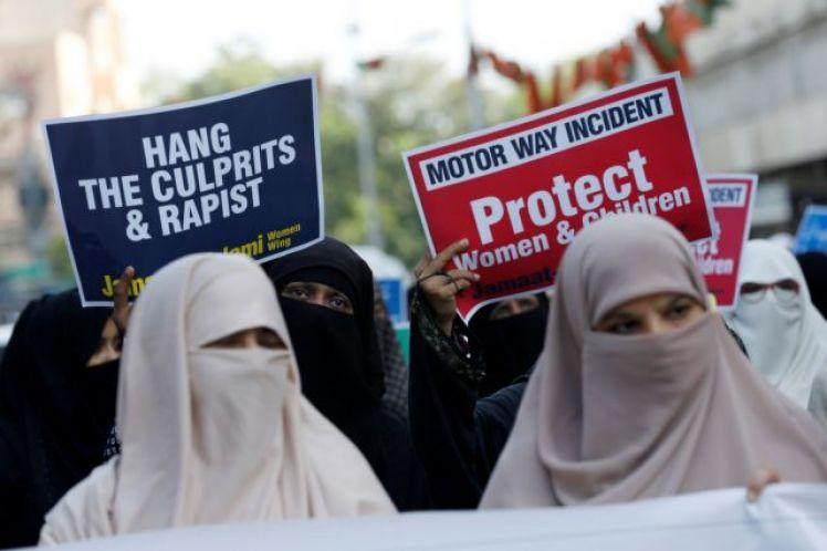 Υψηλόβαθμος αστυνομικός που κατηγόρησε γυναίκα για τον ομαδικό βιασμό της