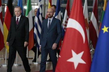 Με τραπεζικό ντόμινο απειλεί ο Ερντογάν