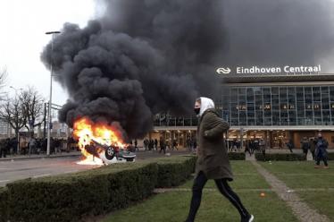 Ολλανδία: Συγκρούσεις και λεηλασίες κατά της απαγόρευσης κυκλοφορίας